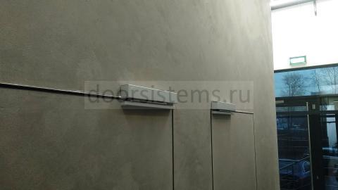 Дверные доводчики dormakaba TS-97 в офисе компании TECE