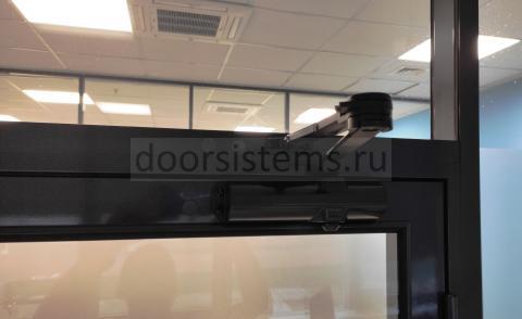 DORMA (dormakaba) TS-68 в офисе Эссилор Луйс Оптика