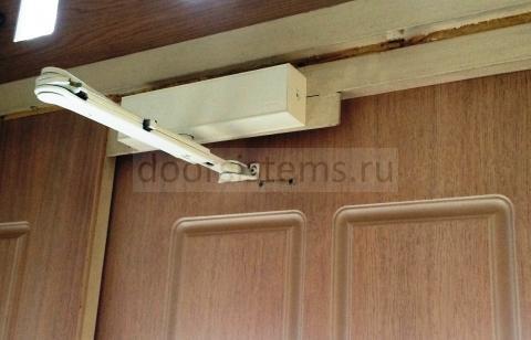 Доводчик DORMA TS-83 с рычагом с ФОП на двери кафе Blanc de Blanc
