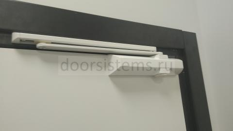 DORMA TS-90 на офисной двери коридора